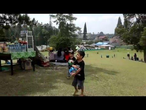 lihat-anak-anak-bermain-bergembira-di-bukit-kubu,-berastagi-sumatera-utara
