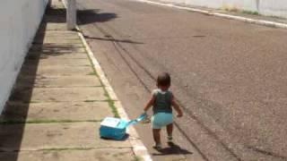 Criança fugindo de casa