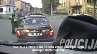 Pašvaldības policija aptur autovadītāju, kurš bēg no policijas un apdraud satiksmes dalībniekus