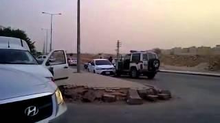 دورية سعودية توقف سيارة هاربة على طريقة افلام الاكشن