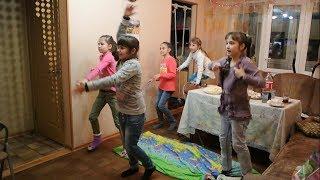 Девочки играют в Кинект (Xbox 360 Kinect)