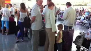 Ужас!!! В Международном Аэропорту Сочи, упаковка багажа(29 авг 2011 года люди не могли упаковать свой багаж в Международном Аэропорту Сочи!! Безразмерная очередь и..., 2011-08-29T18:13:23.000Z)