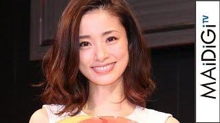 女優の上戸彩さんが4月5日、東京都内で行われたうがい薬「イソジン」の記者発表会に「清潔感、第一で選んだ」という春らしいノースリーブの白いワンピースドレスで登場した ...