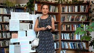 Читач читає вірші в бібліотеці