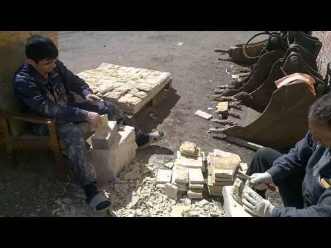 Процесс скола натурального камня известняка