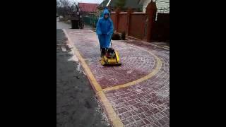 уплотнение уложенной тротуарной плитки(, 2015-02-02T21:29:34.000Z)