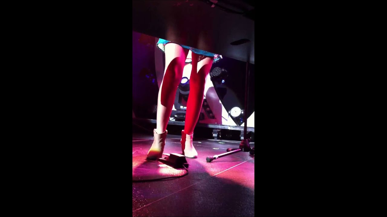 sara bareilles legs live front row