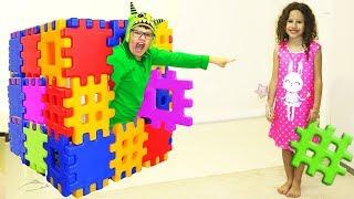 Eu e meu irmão finge Brincar com blocos de brinquedo - Playing with Toy Blocks