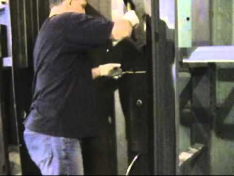 Отжим Крепкий Орешек   Взлом двери ДПЗ методом отжима