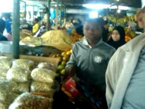 Mustaque & family @ market in Maputo, Mozambique-2009-07-04-10-11-03.3gp