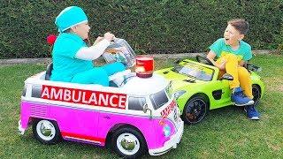 Bebé Adriana ayuda a su hermano Ali con un nuevo juego de juguetes