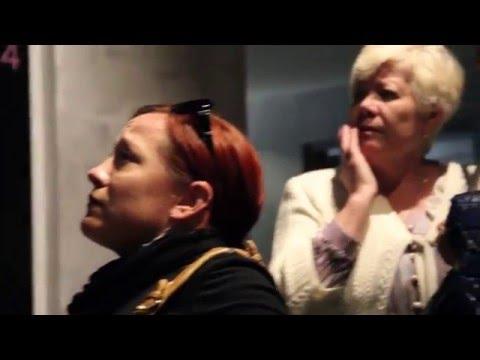 Туристы осматривают музей Геноцида и Мемориал Цицернакаберда