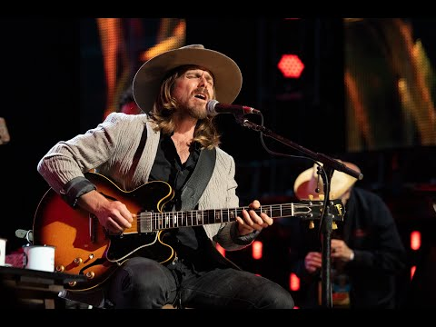 """Lukas Nelson Sings His Original Song, """"(Forget About) Georgia,"""" With His Dad Willie At Farm Aid And It's Awesome"""