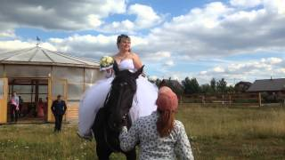 Невеста на коне! Свадебная  фотосессия  на ферме в Рыжево, Егорьевский район, Подмосковье(Вот так проходит процесс съёмки на фото и видео. Свадебная церемония, фото сессия на лошадях. Чтобы оценить..., 2015-08-18T12:33:27.000Z)