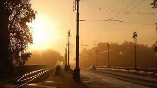 もうすぐ夏も終わり、涼しくなった夕暮れから深い吐息漂う夜の路を ひと...