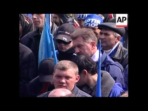 PM supporters' rally in capital ;  Yanukovych presser, more protest
