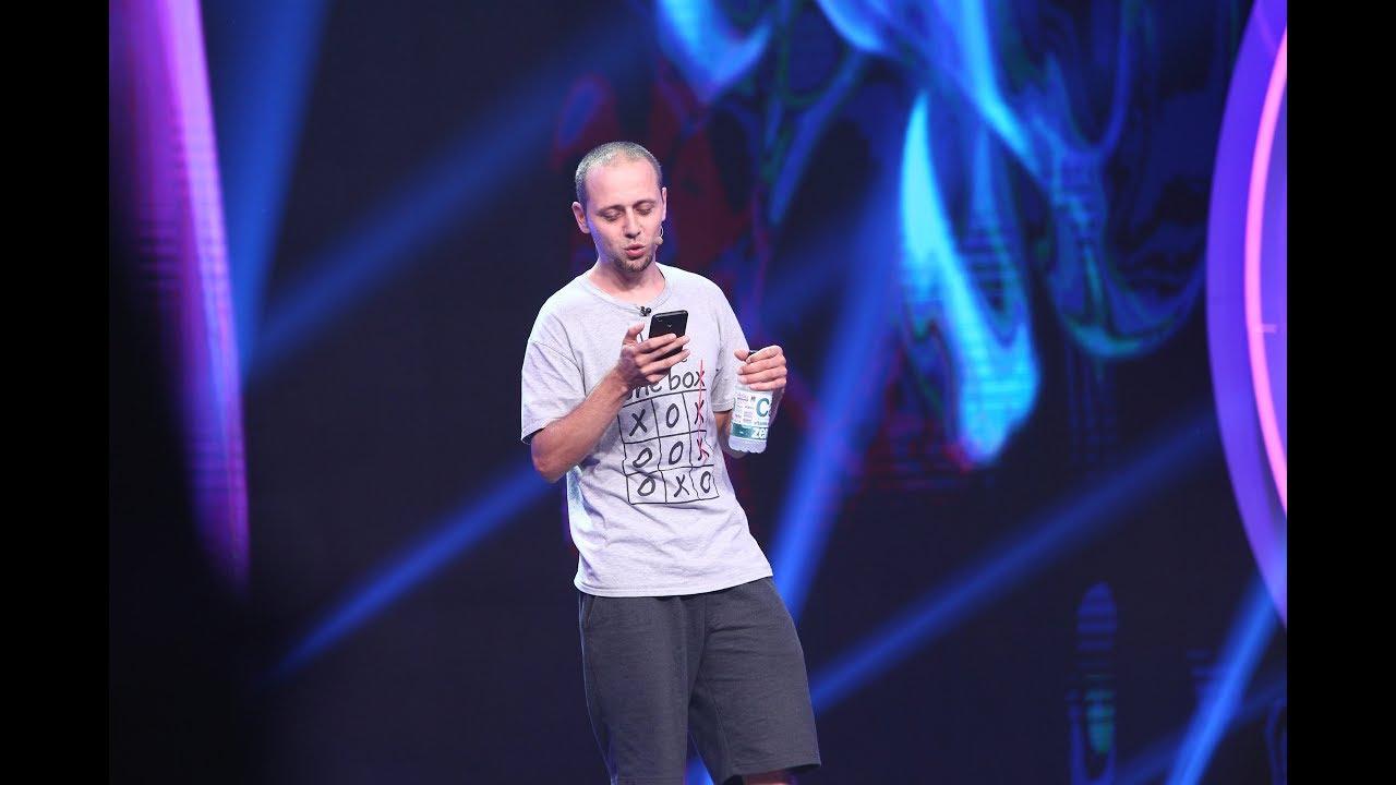 Bogdan Călin a impresionat juraţii de la iUmor cu o serie de glumiţe citite de pe telefonul mobil