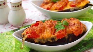 Запечённые половинки баклажанов с помидорами и сыром