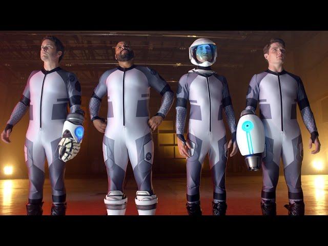 本来1人で使うバトルスーツを4人で使うと…!映画『レーザーチーム 俺たち史上最弱のエイリアン・バスターズ!』予告編