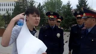 В Казахстане  молодого парня задержала полиция  за пустой плакат