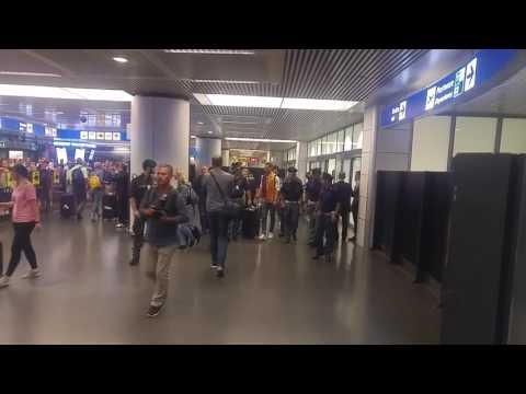 """Maxime Gonalons atterra a Fiumicino e mostra la sciarpa ai tifosi dicendo """"Forza Roma"""""""