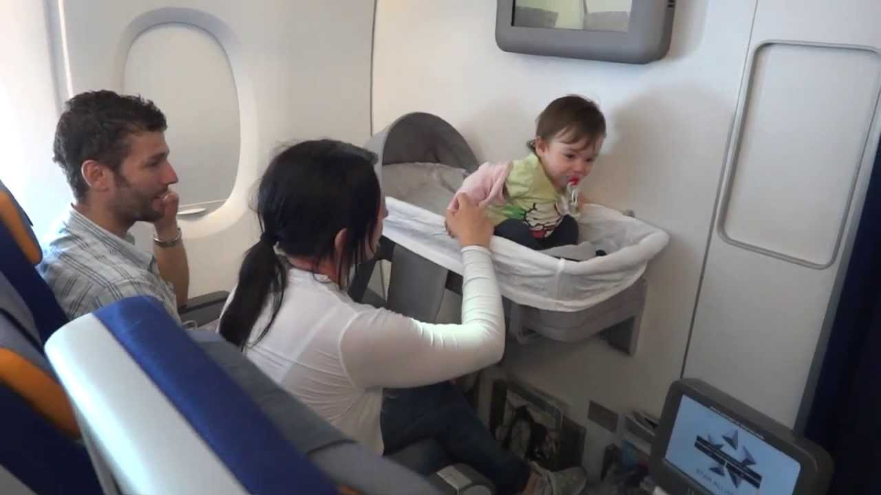 Baby bed airplane - A 380 841 Lufthansa Travelling With Young Children From Shanghai To Frankfurt Youtube
