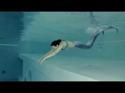 Русалка плавает в бассейне!