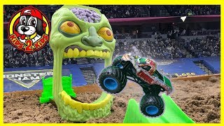 ZOMBIE MADNESS - Monster Jam Toy Playset (including Triple Threat Series FREESTYLE SHOW HIGHLIGHTS)