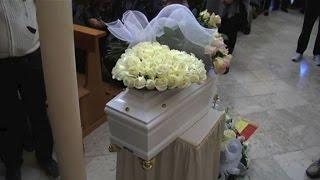 Palermo (askanews) - commozione e rabbia a in occasione dei funerali della neonata morta tre giorni fa dopo essere stata abbandonata dalla madre poch...