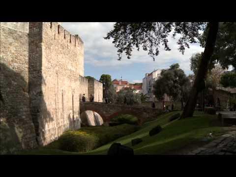 Conheça o belíssimo Castelo de São Jorge e também o Bairro da Alfama, em Portugal!