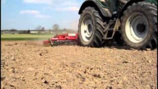 Wiosna 2011 czyli uprawa pod siew zboża i kukurydzy Valtra N111 i UG Kombi