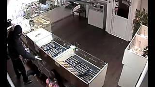 Камера запечатлела ограбление ювелирного магазина в Карелии