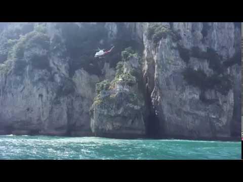 El helicóptero del Gobierno evacúa a un joven del faro del Caballo de Santoña