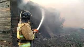 Пожарные тушат жилые дома в пос. Яицкое