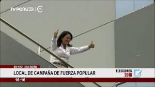 Keiko Fujimori saluda a sus simpatizantes desde el balcón del hotel Meliá