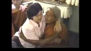 ဗမာ ဘုန္းၾကီး မွ ဒကာမ မ်ားအား ႏွာဘူးထေနသည္။ ဒီလိုပါပဲ....ေအာ္ ၂ လံုး ၃ လံုး ......