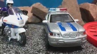 Мультфильмы про машинки. Полицейский мотоцикл спешит на помощь. Toy police cars. Видео для детей(Это история про врача - ветеринара, который выехал на вызов лечить больное животное. И вдруг на его пути..., 2015-11-26T18:08:45.000Z)