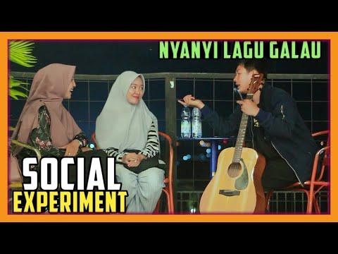 Social Experiment : Reaksi Wanita Cantik Berhijab Di Nyanyiin Lagu Sedih Dan Galau L BIKIN DIA BAPER