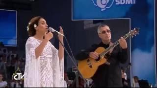 Noa (Achinoam Nini) performs