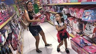 MAMÃE E FILHA BRINCANDO NA LOJA DE BRINQUEDOS