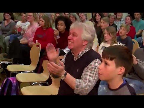 25-jähriges Schuljubiläum: Rolf Zuckowski singt mit Schülern in Neumünster