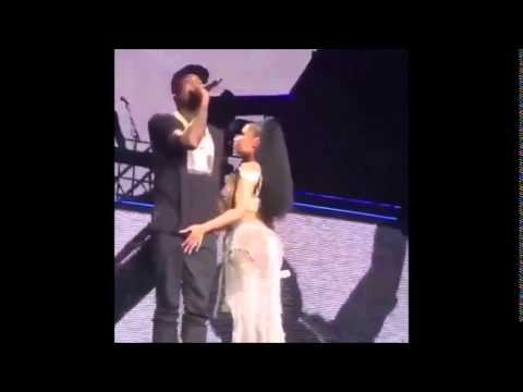 NICKI MINAJ : Feels Up on Her Man Meek Mill On Stage in Chicago [VIDEOS]