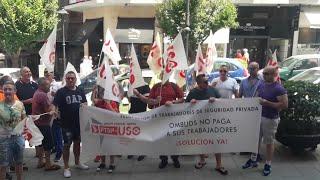 Trabajadores de seguridad privada de la empresa Ombuds se concentran delante de Correos