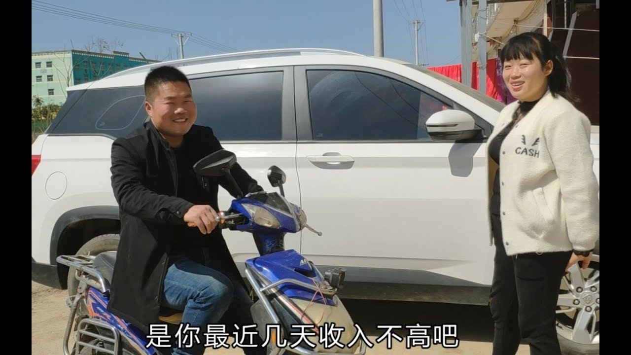 农村小伙买了新车不开,却天天骑电动车,为啥?他的解释真搞笑