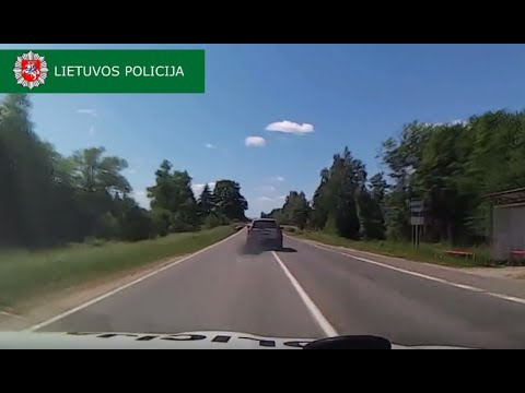 Driver Uses Smokescreen, Throws Spikes, During Dramatic High-Speed Chase in Lithuania