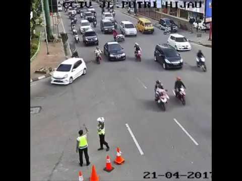 REKAMAN CCTV KECELAKAAN DI JALAN PUTRI HIJAU, MEDAN SUMATERA UTARA