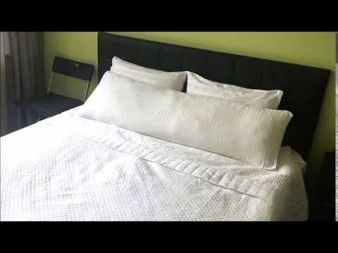 Черно-белая кровать с двуспальной подушкой