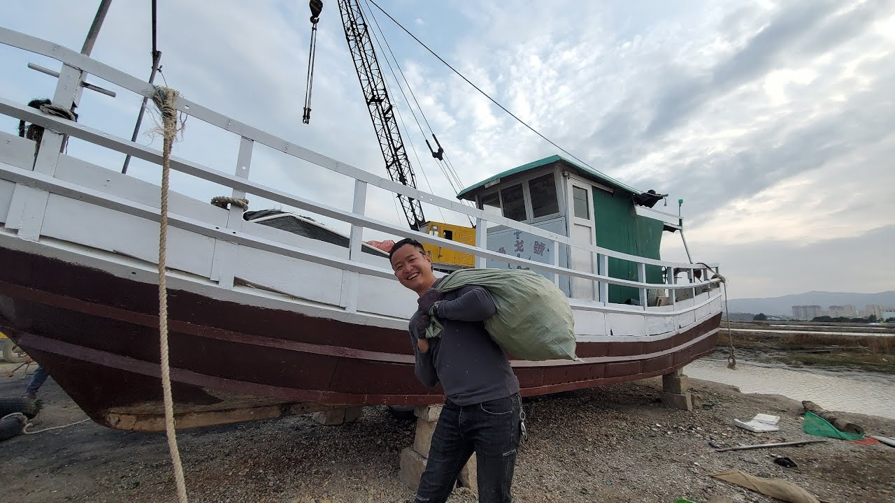 航行两年的渔戈号船底下长满海鲜,小明足足挖了一大袋,意外之喜