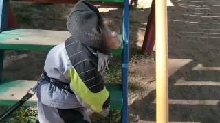 Гуляем на детской площадке (яванская макака Федор)