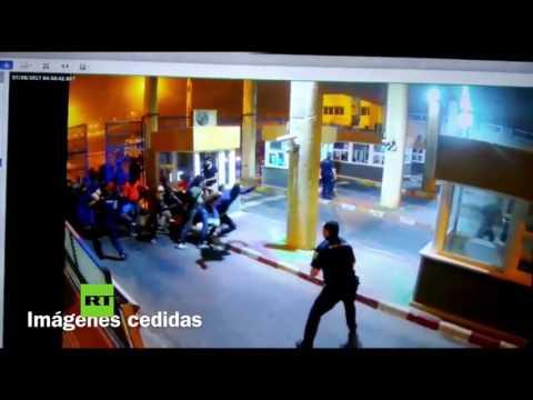 Policías intentan impedir con golpes y patadas que inmigrantes entren en Ceuta